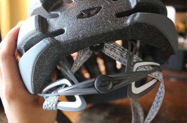 GIROのヘルメットAspect後頭部のダイヤル調整部分