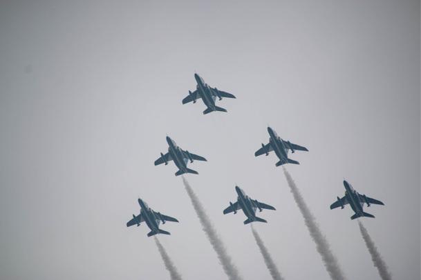 ブルーインパルス正三角形の編隊飛行