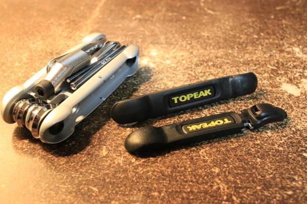 トピークの携帯工具HexusIIのタイヤレバー2つ