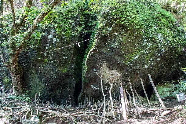 金時宿り石を支える木の棒