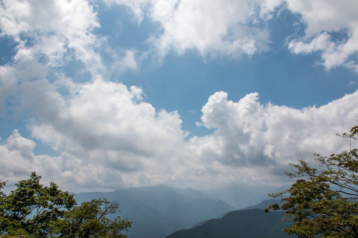 雲が立ち込める川苔山