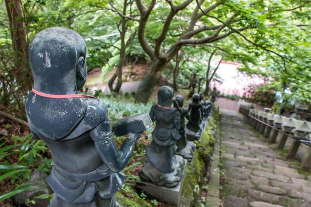 大山寺の前の階段を下る