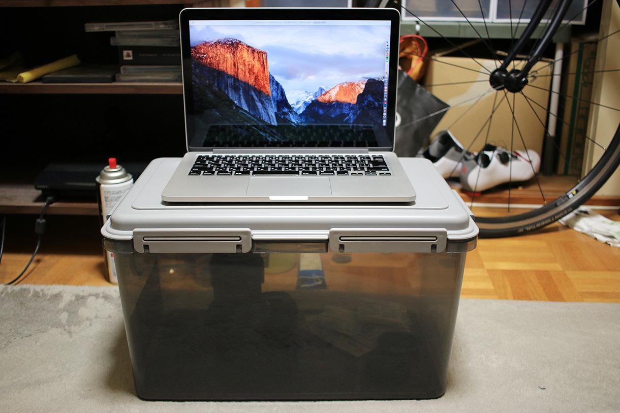 MacBook13インチを置いたドライボックス27リットル