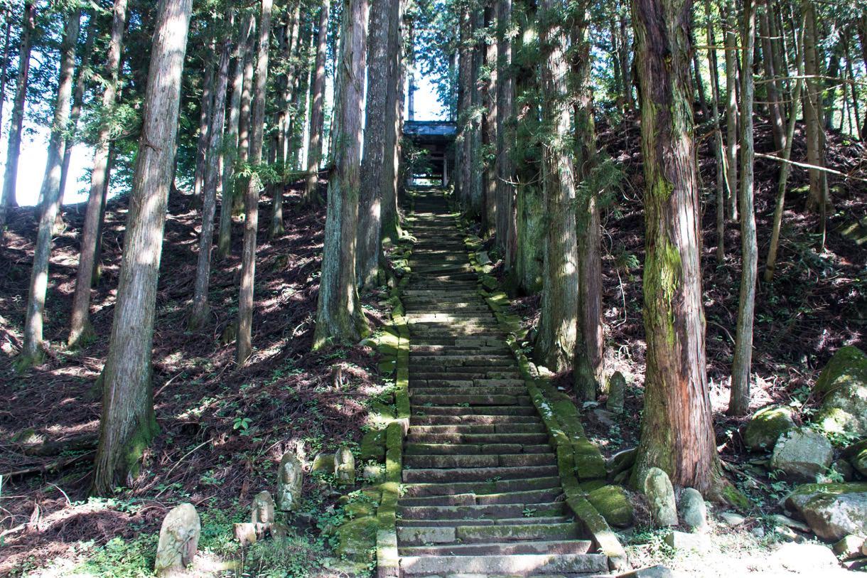 雰囲気のある神社への階段