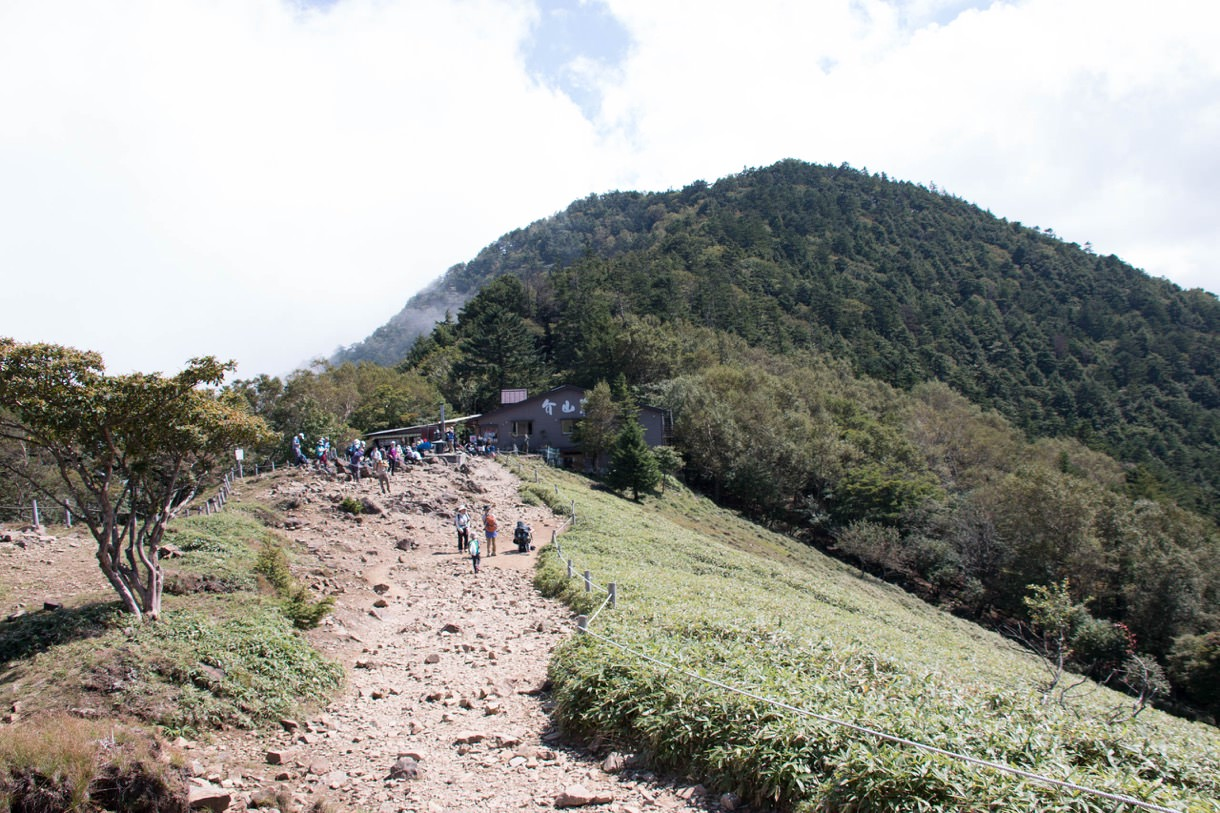 大菩薩嶺側から見る大菩薩峠