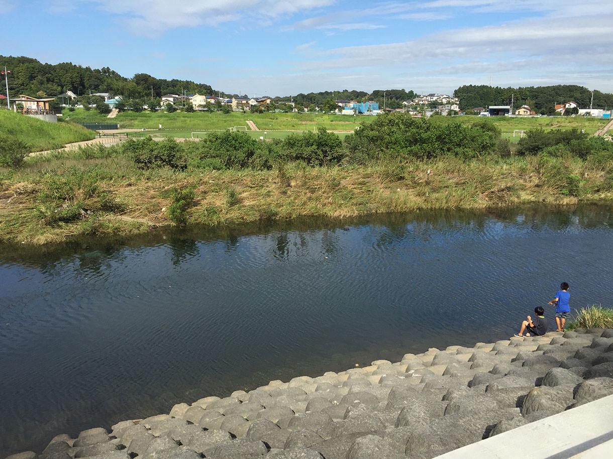 サイクリングロードの横には境川