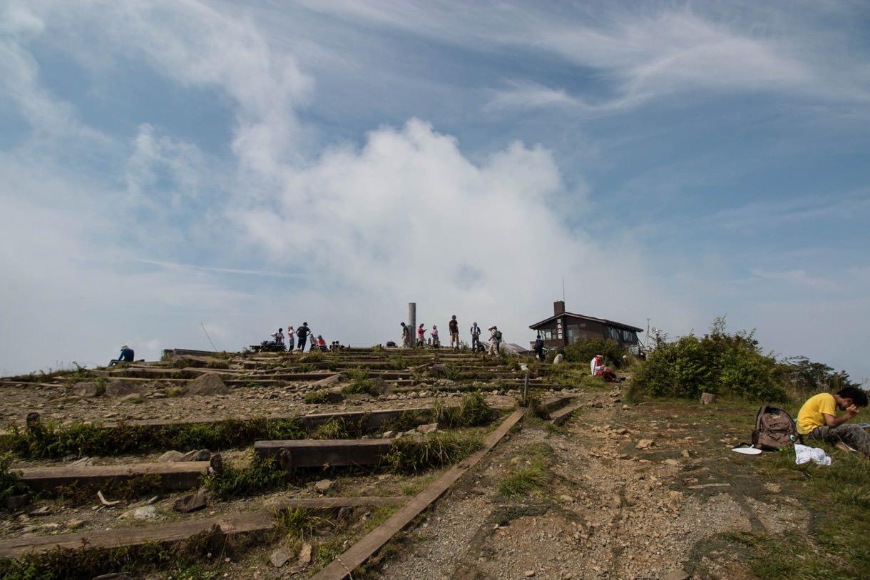 塔ノ岳の山頂は広い