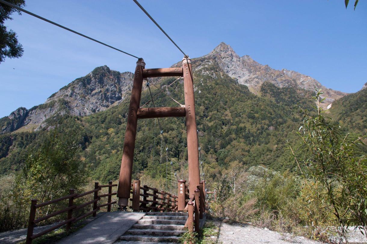 明神池の前にかかる橋