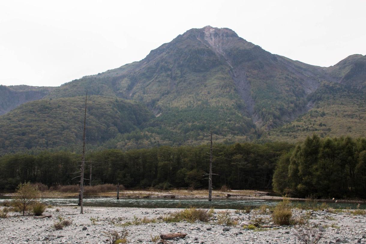 上高地から見る焼岳