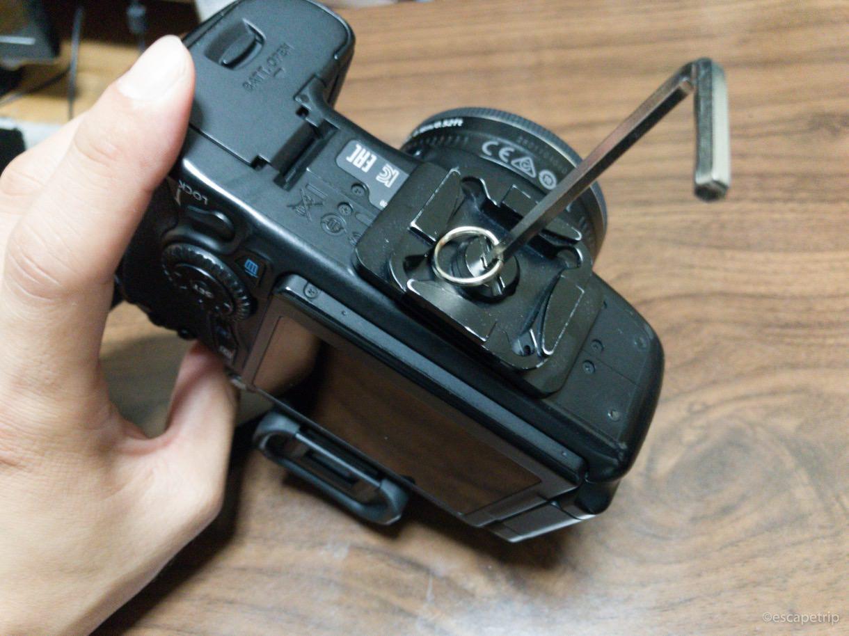 プレートをカメラ底部に固定