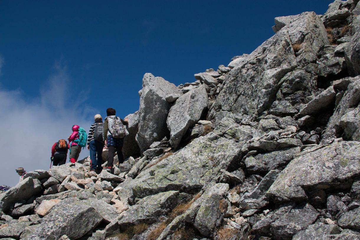 雄山山頂への岩場を登りはじめる
