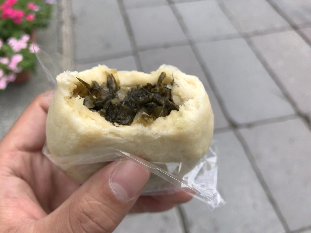 善光寺の前の野沢菜おやき