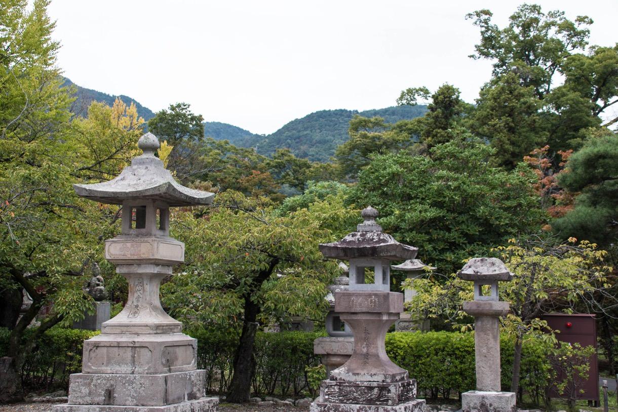 善光寺の本堂の裏