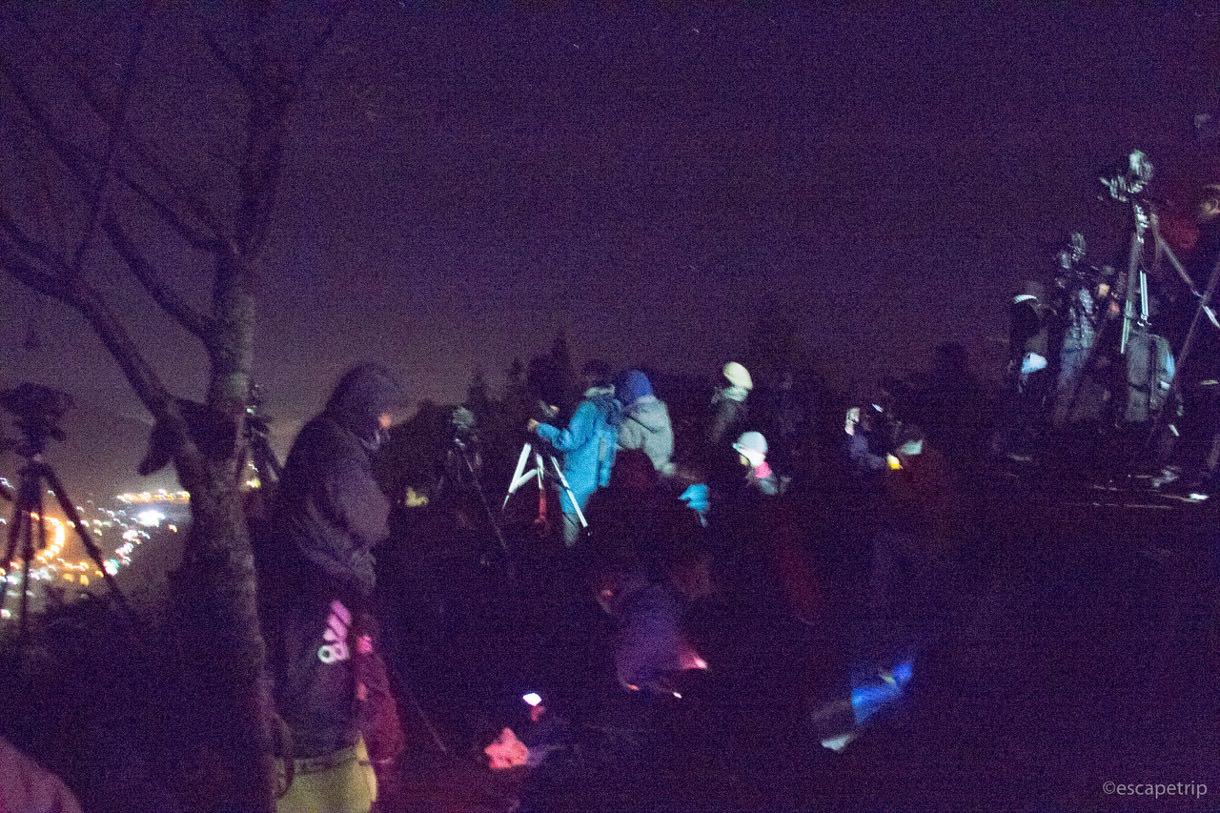 朝5時の立雲峡に陣取る人々