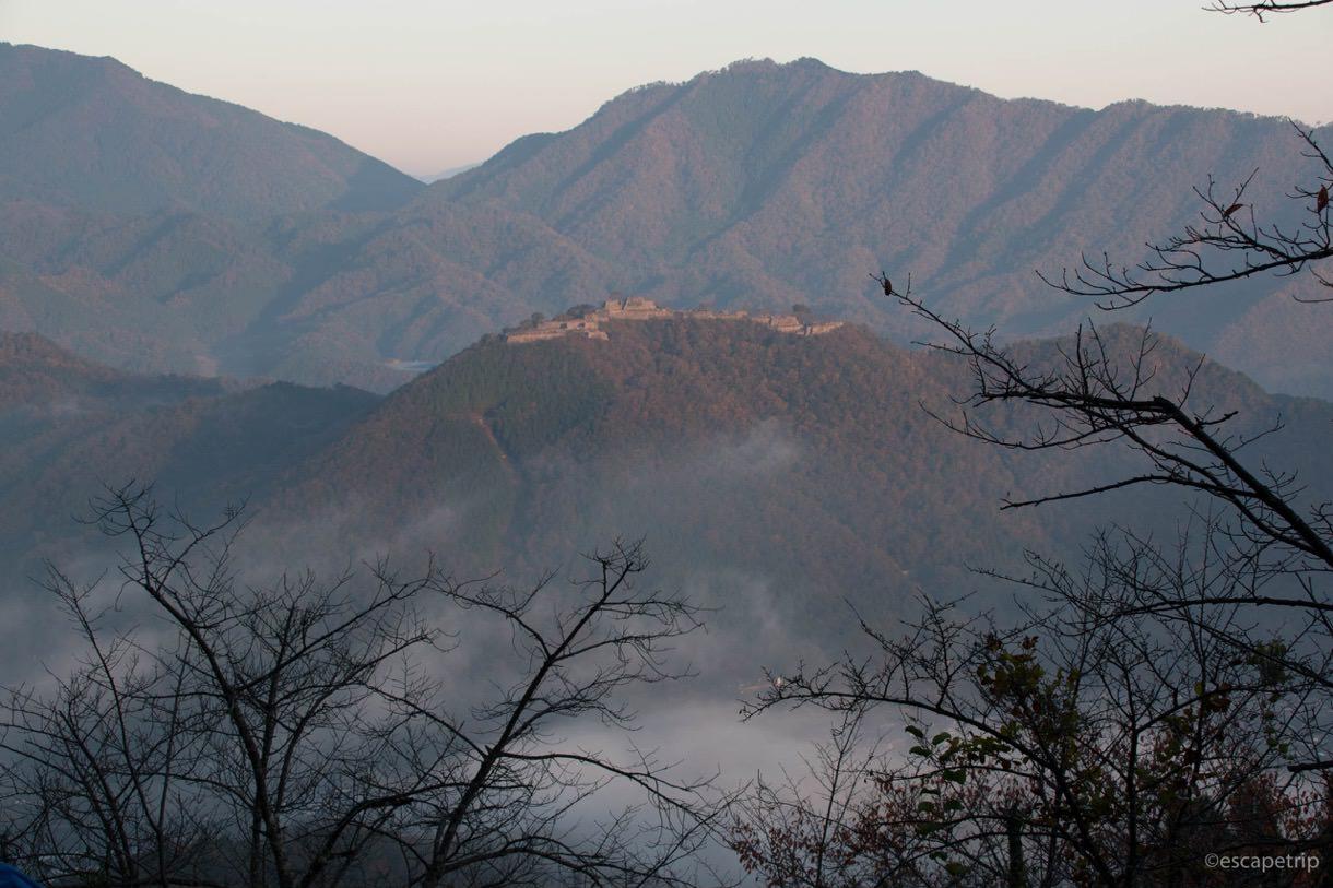 雲海に包まれ始める竹田城