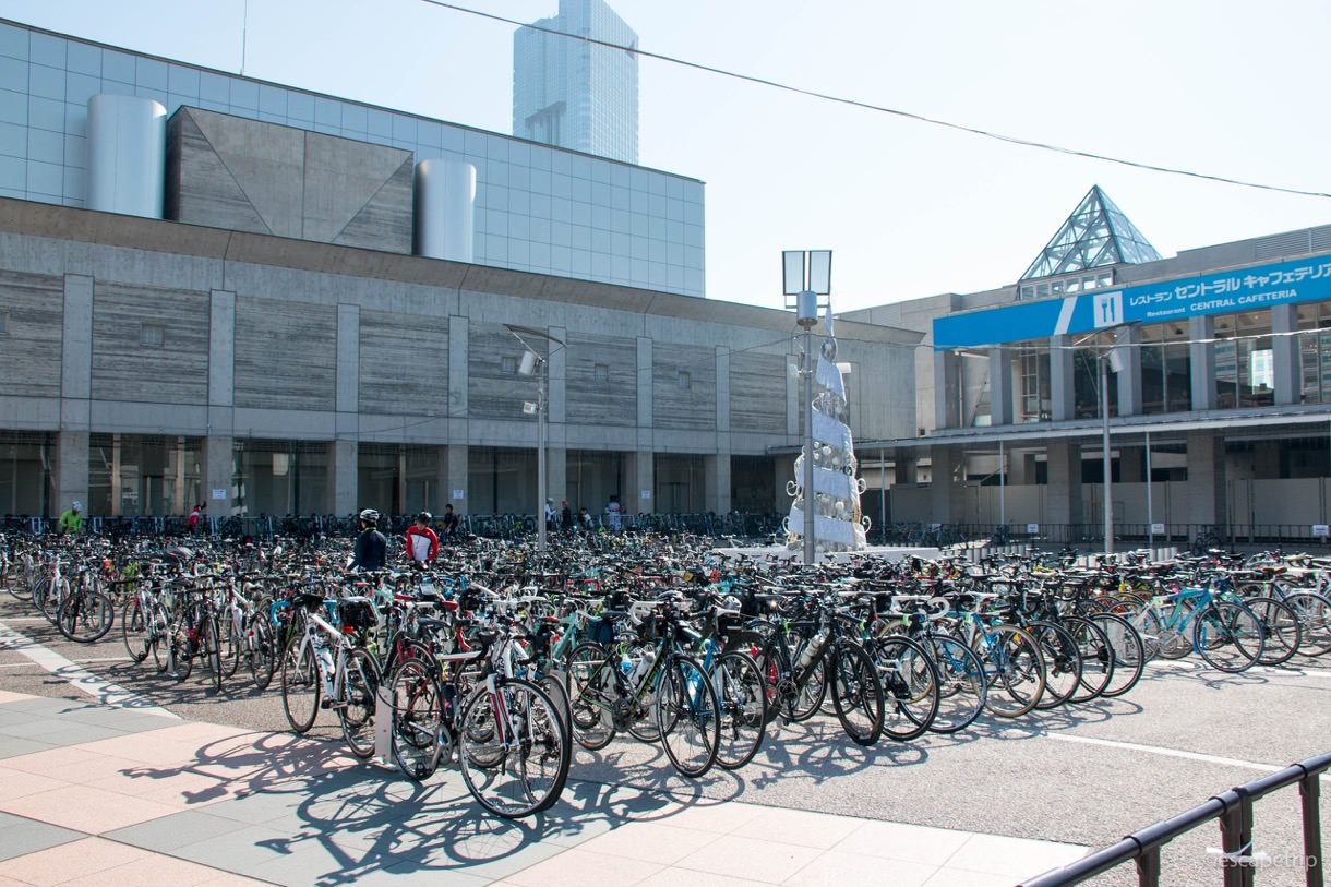 サイクルモードの駐輪場に停められた多数の自転車
