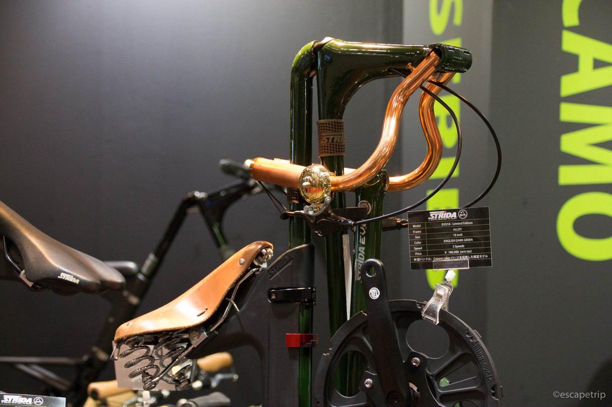 直立する折りたたみ自転車