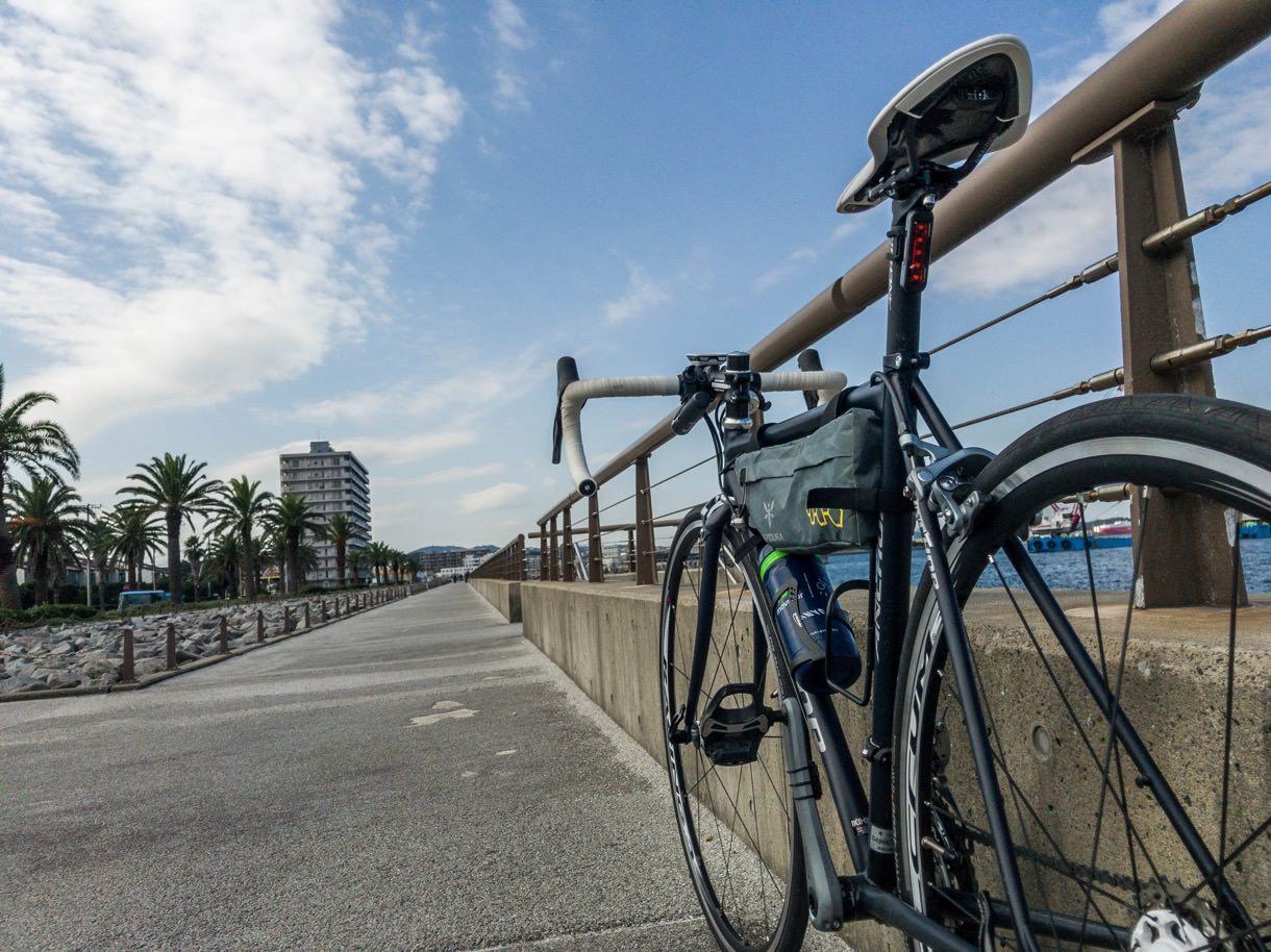 横須賀の海を見ながらロードバイクで走る