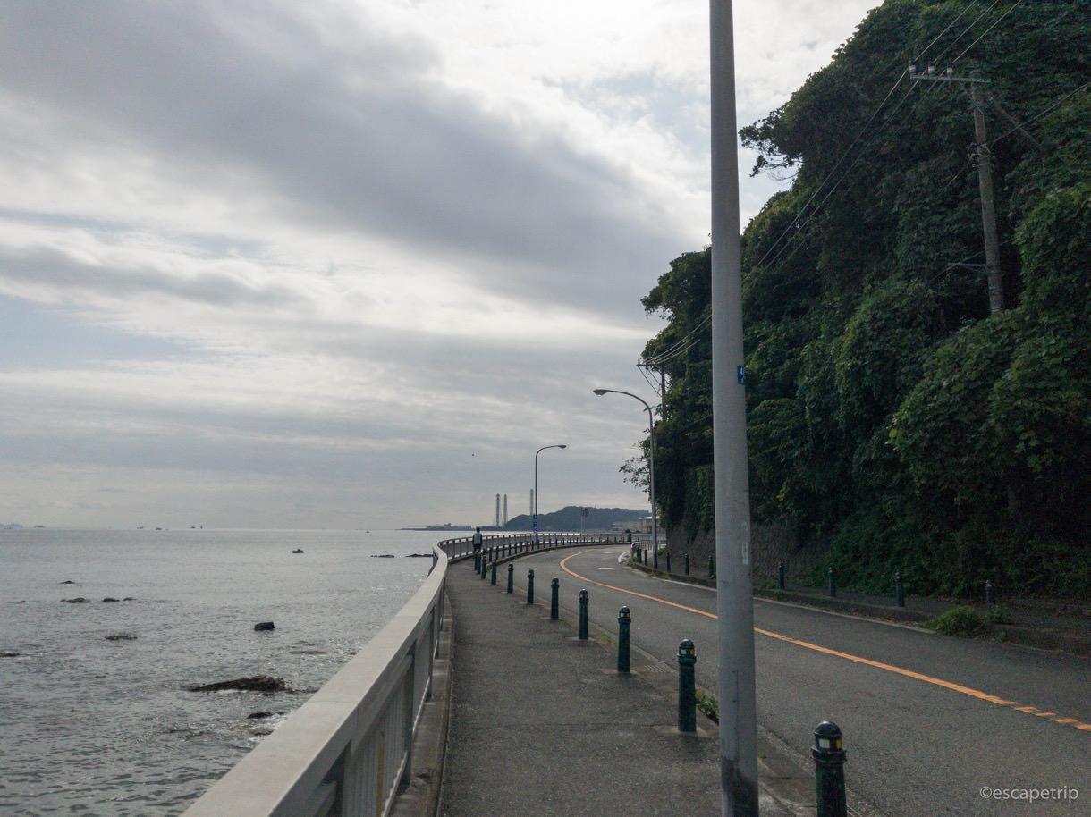 海を見ながらロードバイクで走る