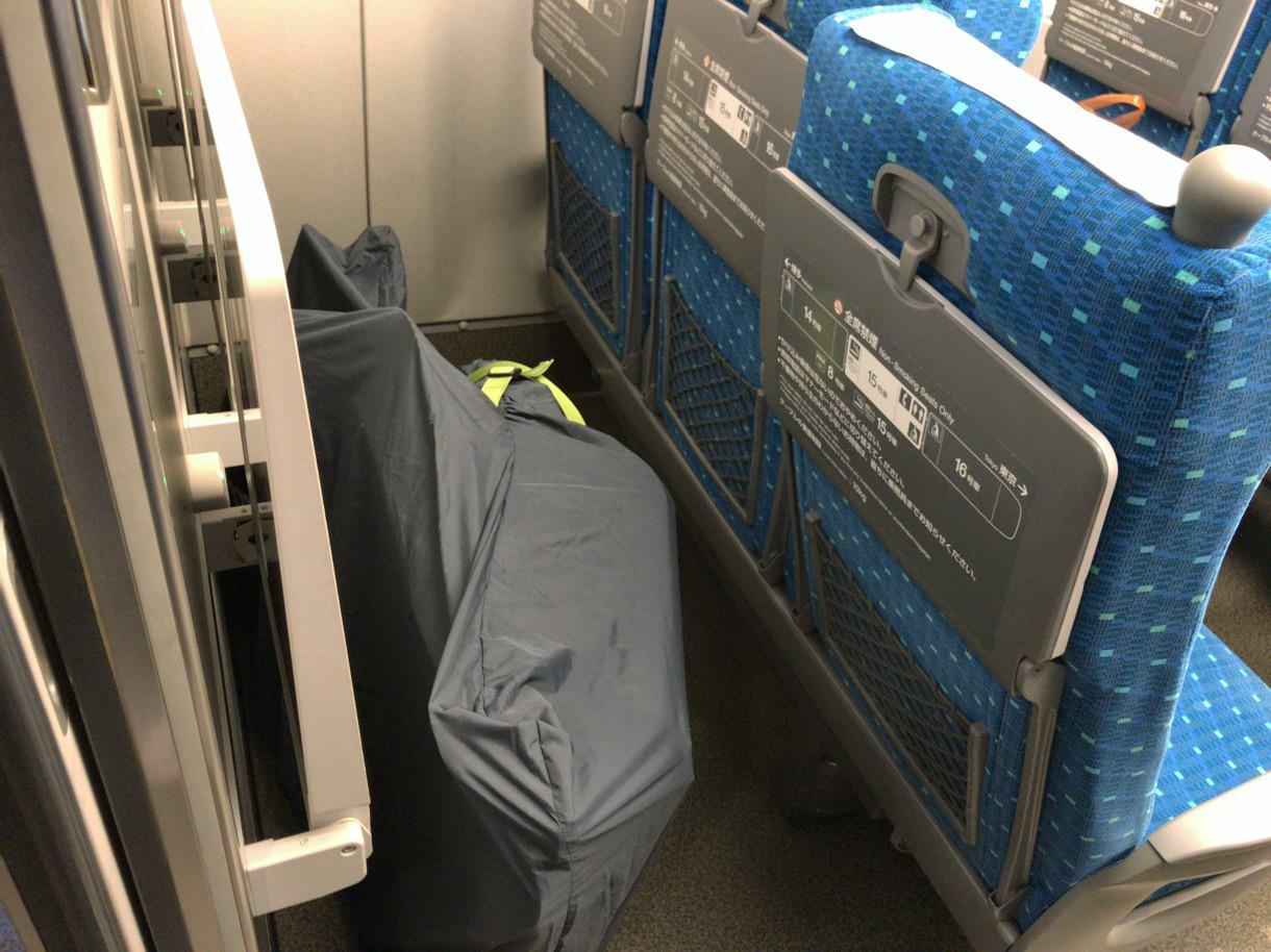 新幹線の最後尾の席に輪行状態のロードバイクを収納