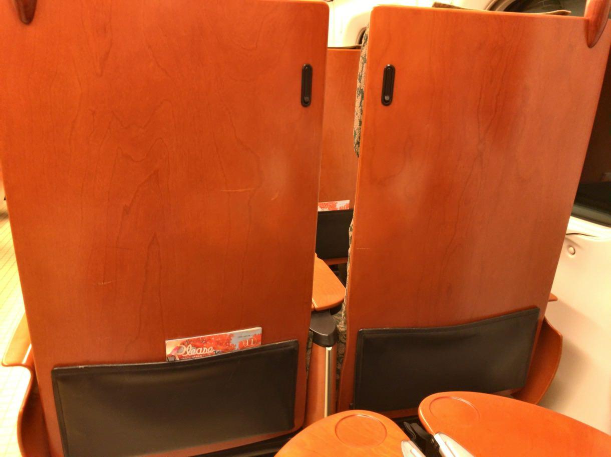 九州新幹線の前席の背もたれには折りたたみテーブルがない