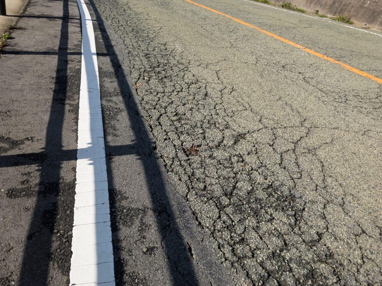 熊本地震の影響による道路のひび割れ
