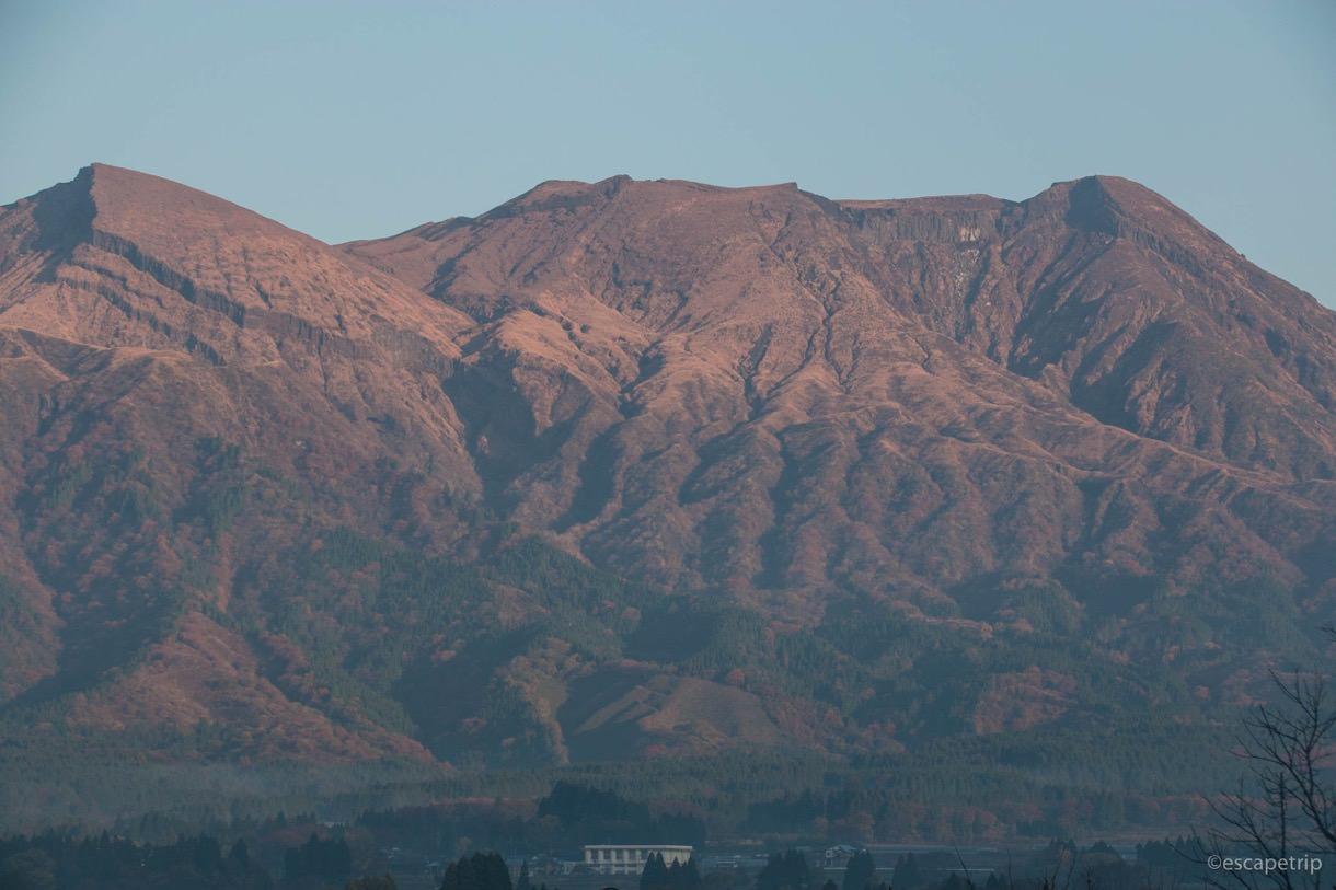 朝日に照らされる阿蘇山