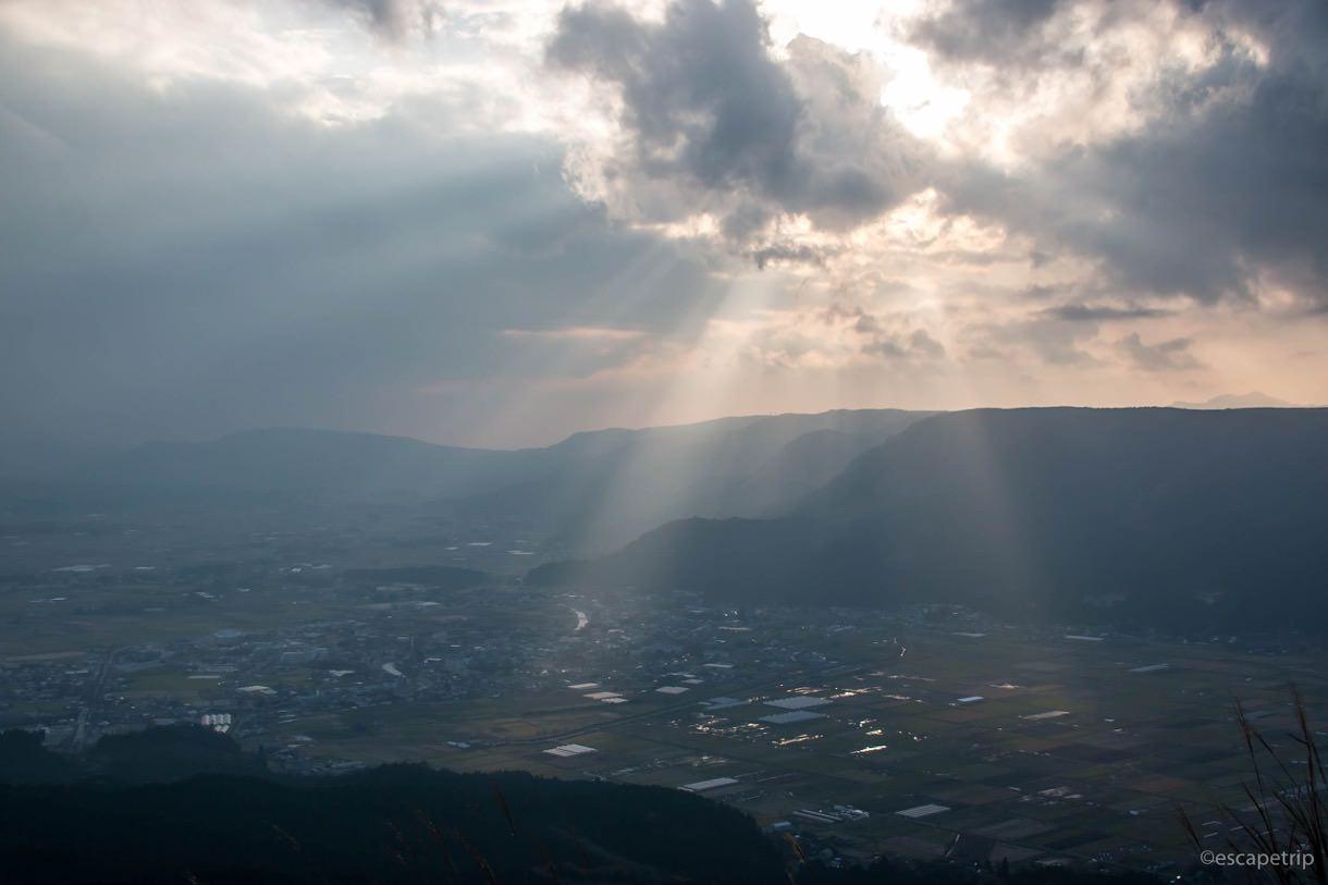 夕日が差し込む大観峰からの景色