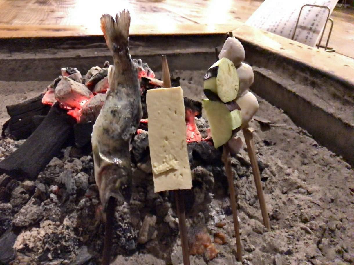 囲炉裏で田楽を焼く