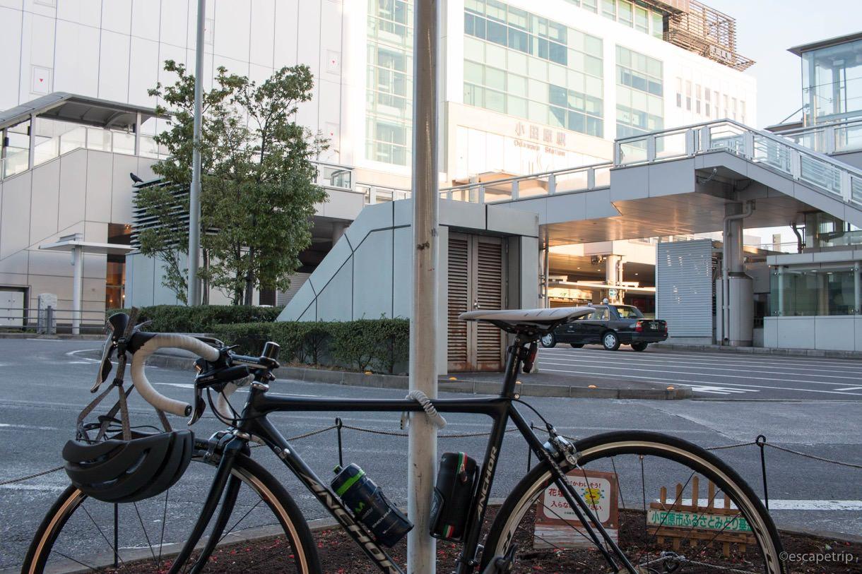 早朝の小田原駅からロードバイクで出発