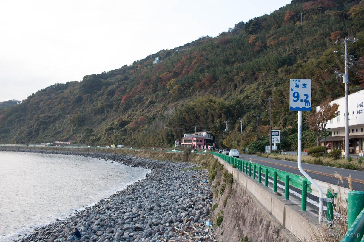 早朝の海岸線をロードバイクで走る
