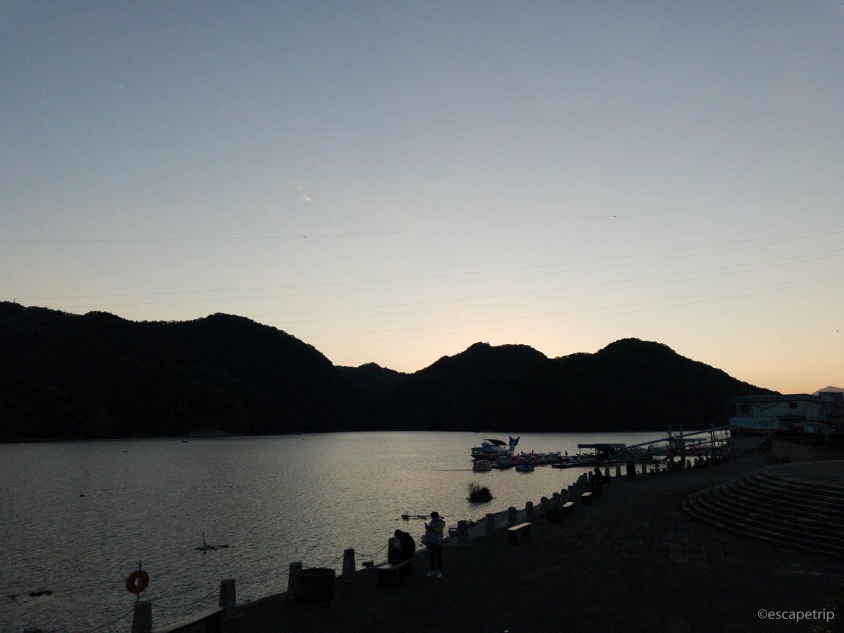 日暮れの相模湖