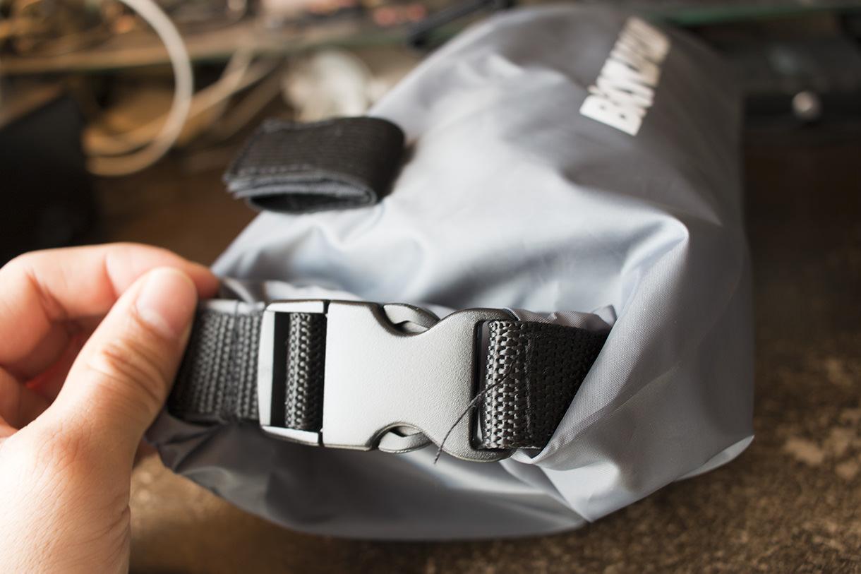 バックルで両端とを留めるフロントバッグ