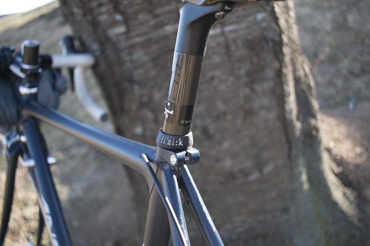 フィジークのシラノR1シートポストを自転車に付けたところ