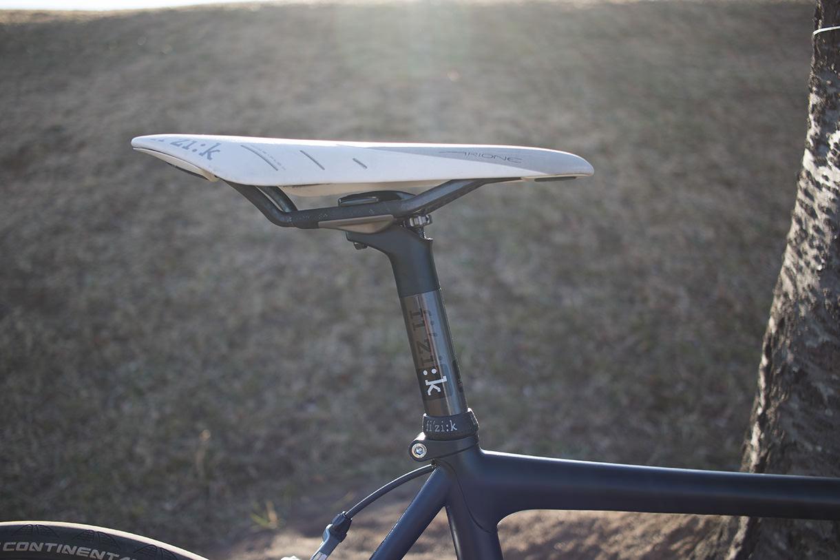 逆光と自転車のシートポスト