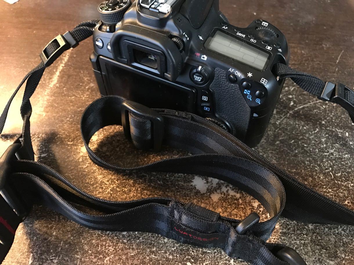 スピードストラップ38を装着したカメラ