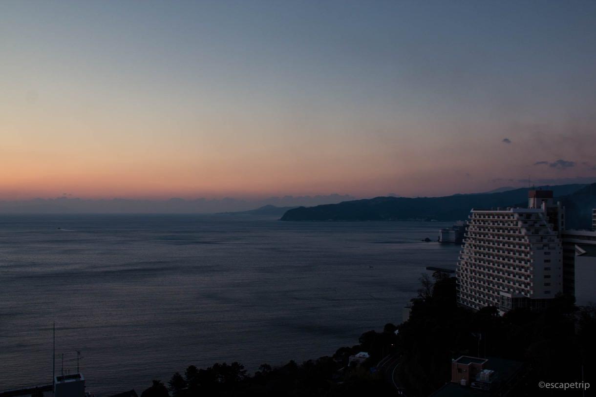 ホテルの窓から見えた熱海の日の出