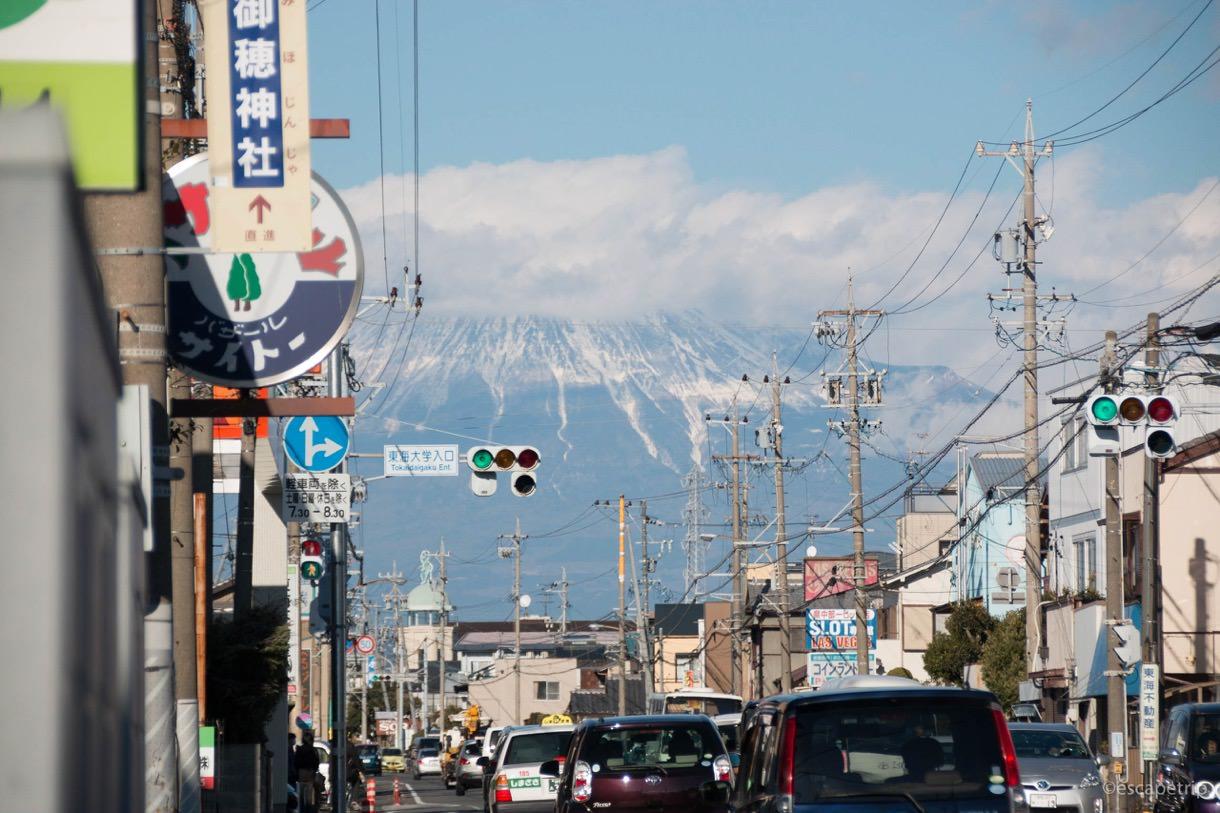 街中の雑踏から見える富士山