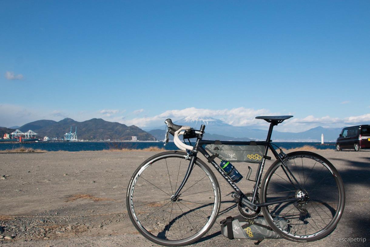 大型サドルバッグで自転車を自立させる