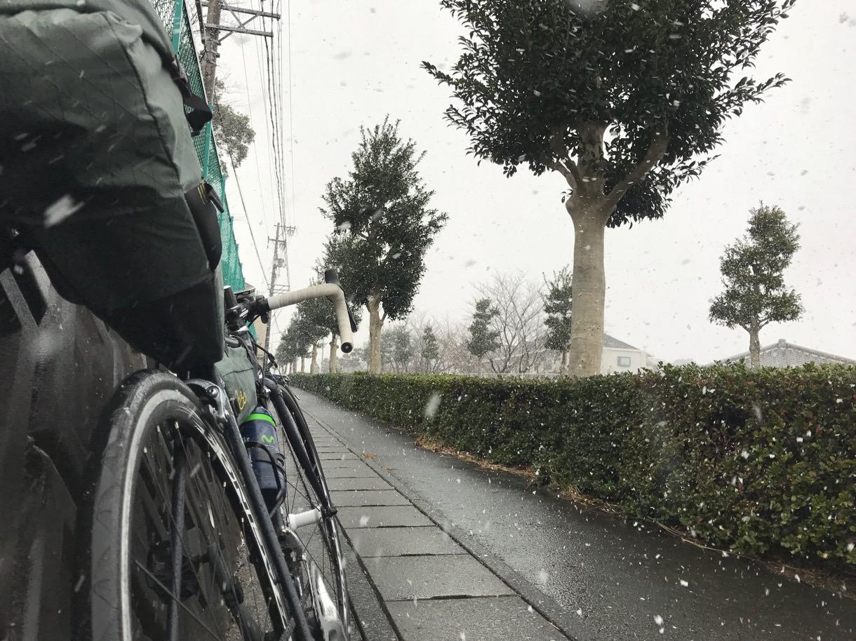 浜松の雪の中を自転車で進む