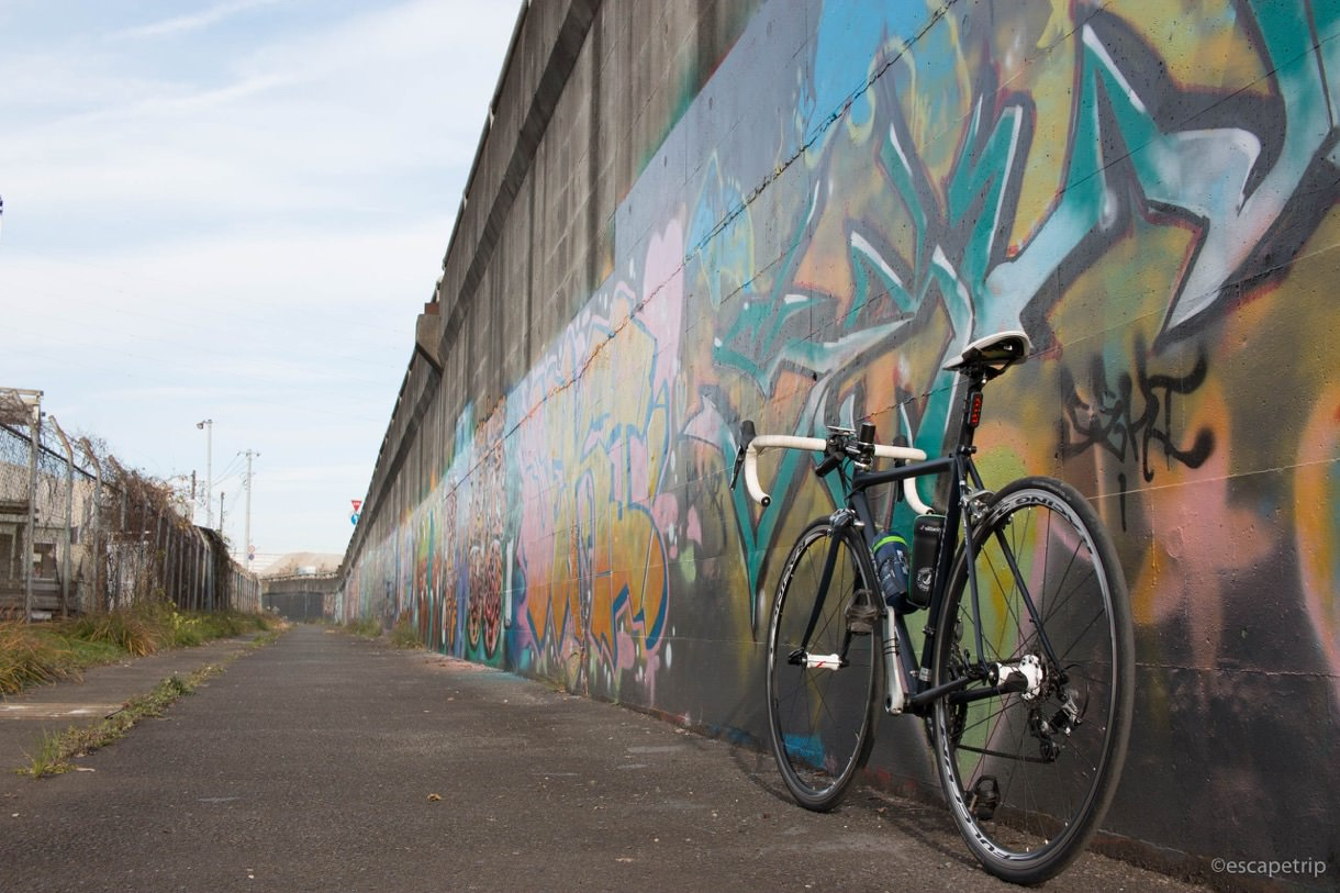 落書きの壁とロードバイク