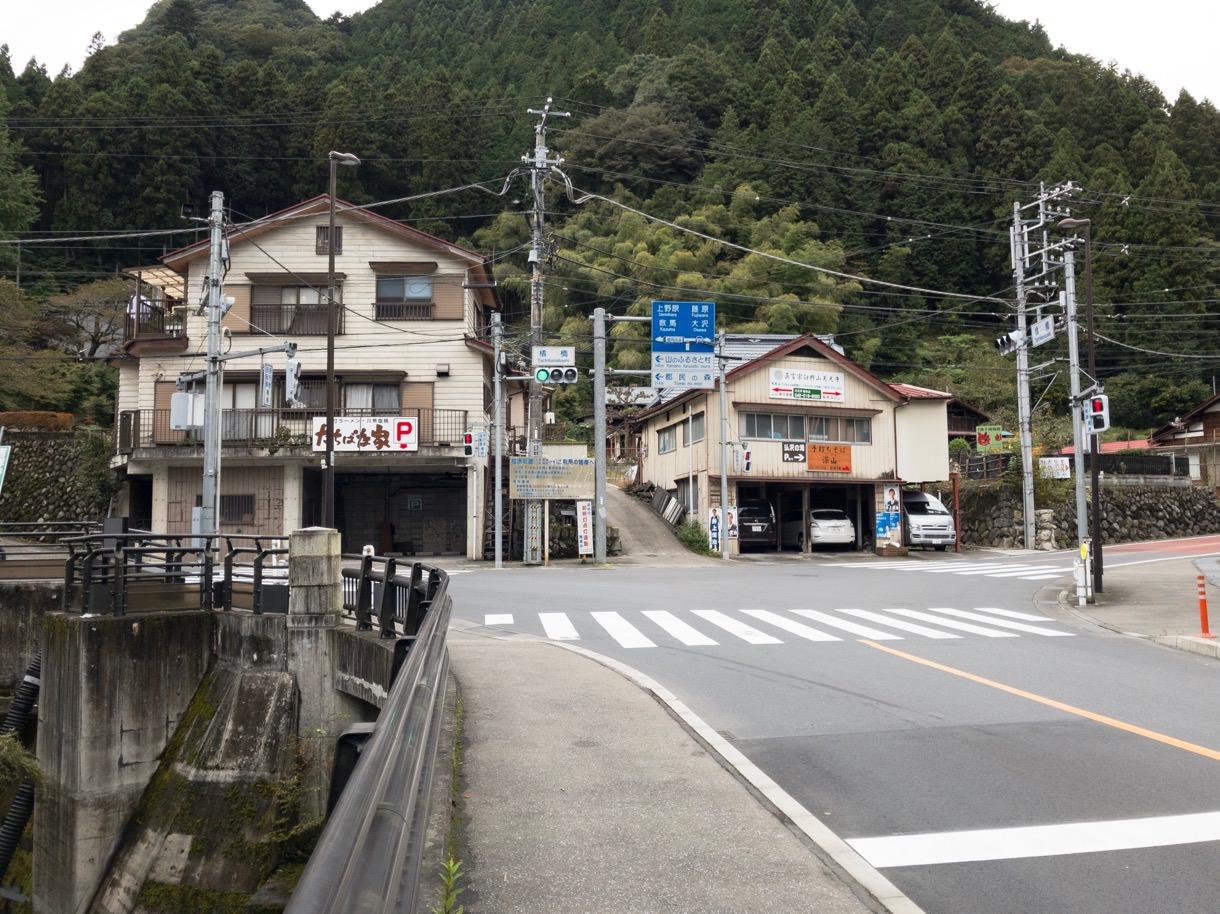 橘橋というT字路を左折