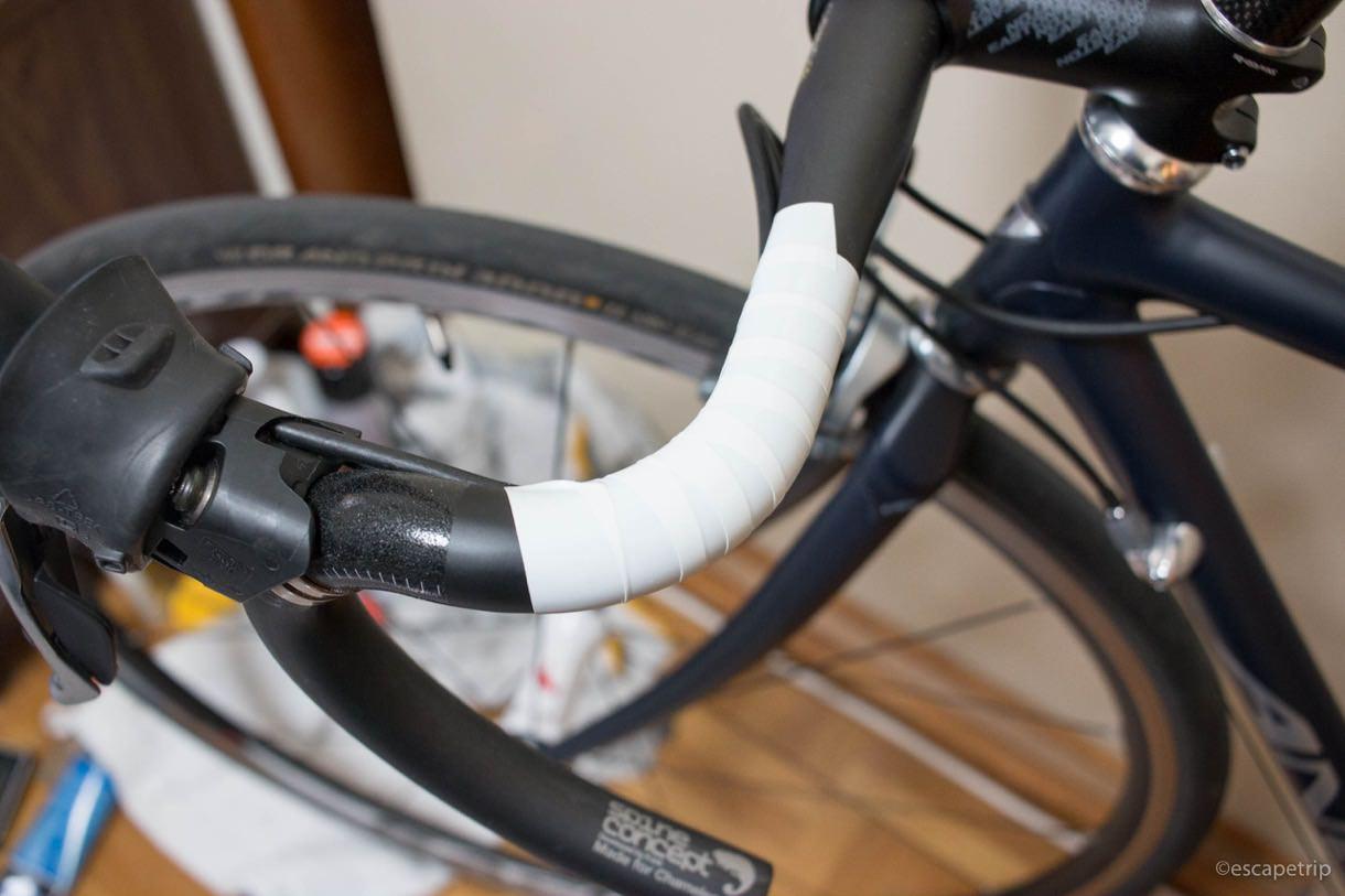 ケーブル類をビニールテープでハンドルに固定