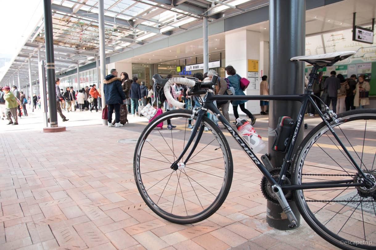 熱海駅前とロードバイク