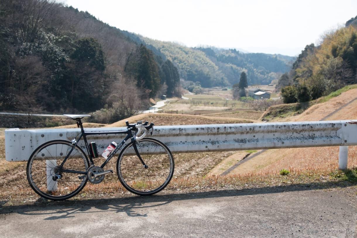 山あいの田舎町とロードバイク