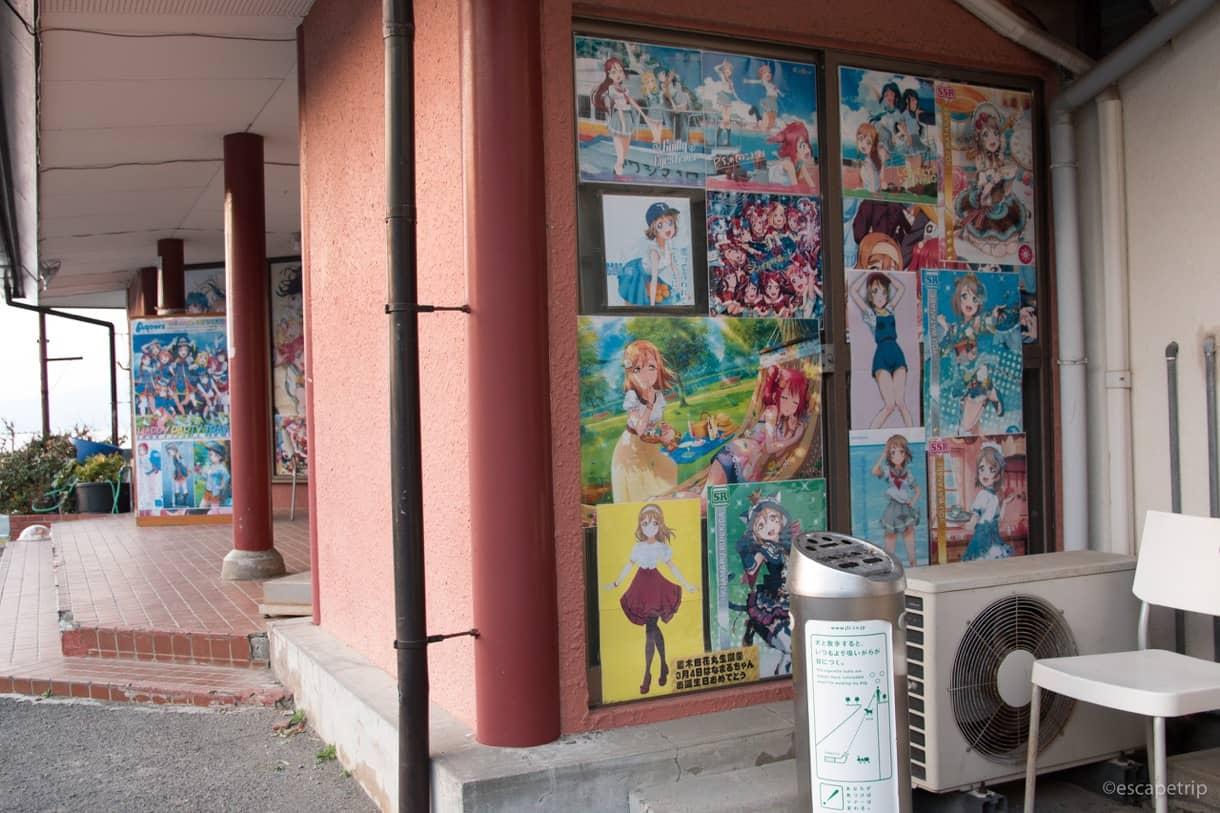 観光案内所のポスターと喫煙所