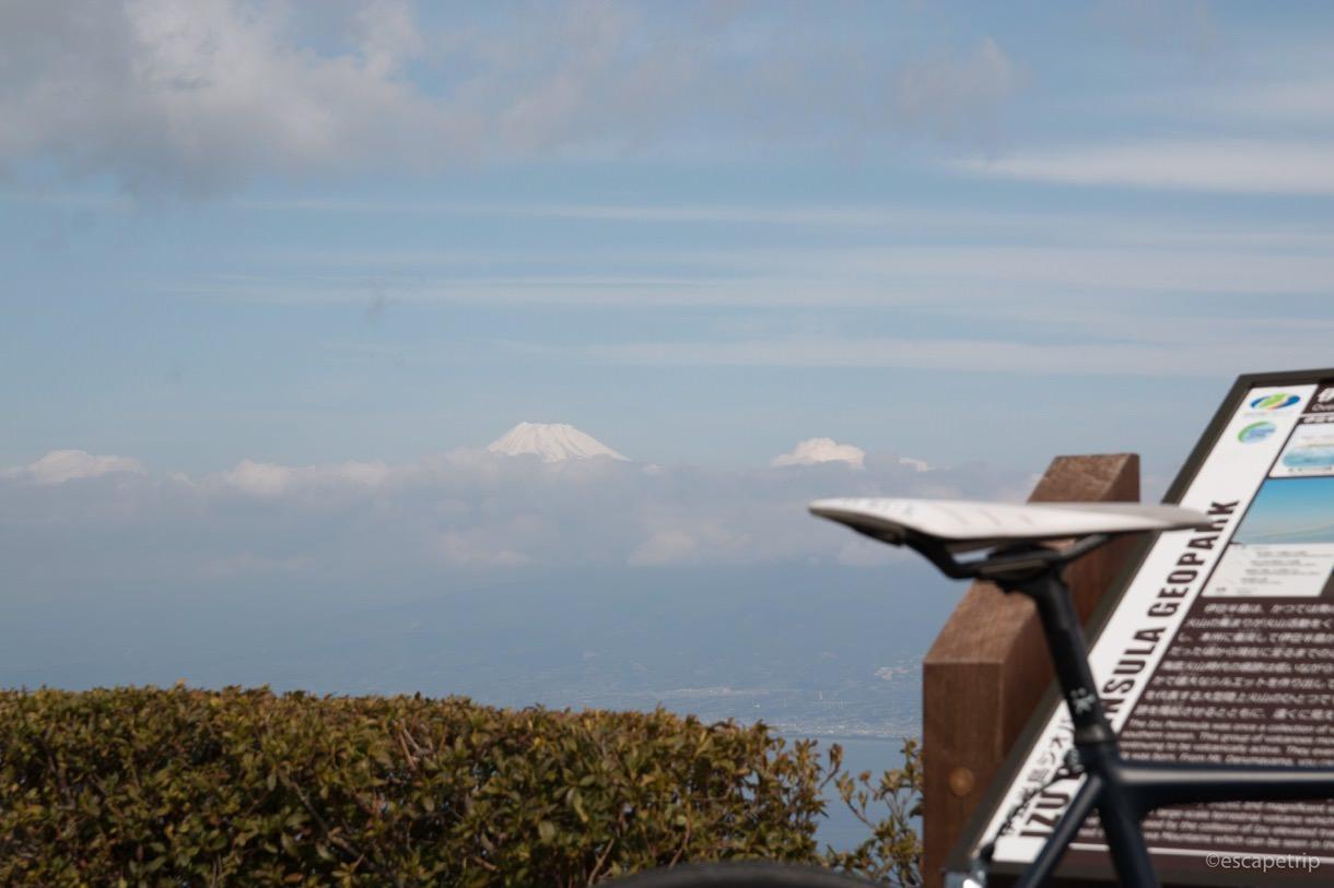 頂上だけ見える富士山