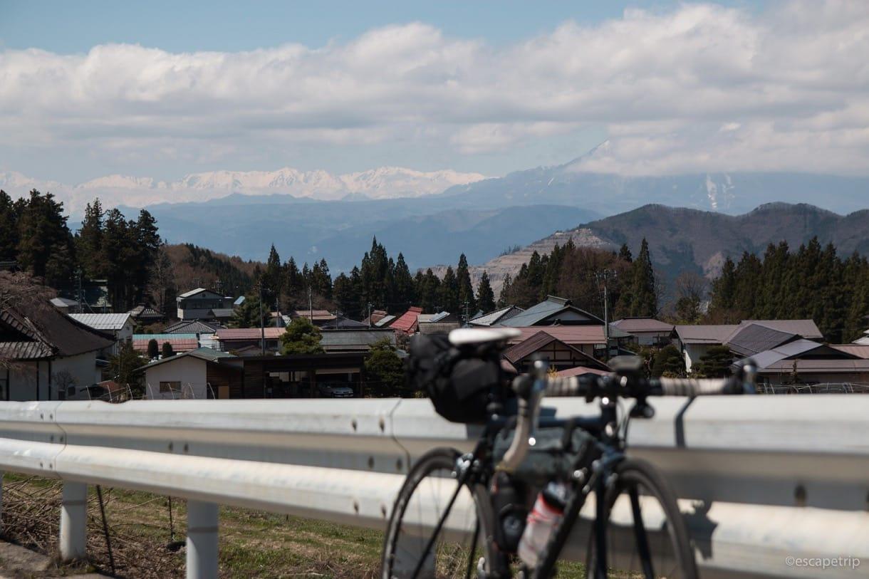 アルプスの山々とロードバイク