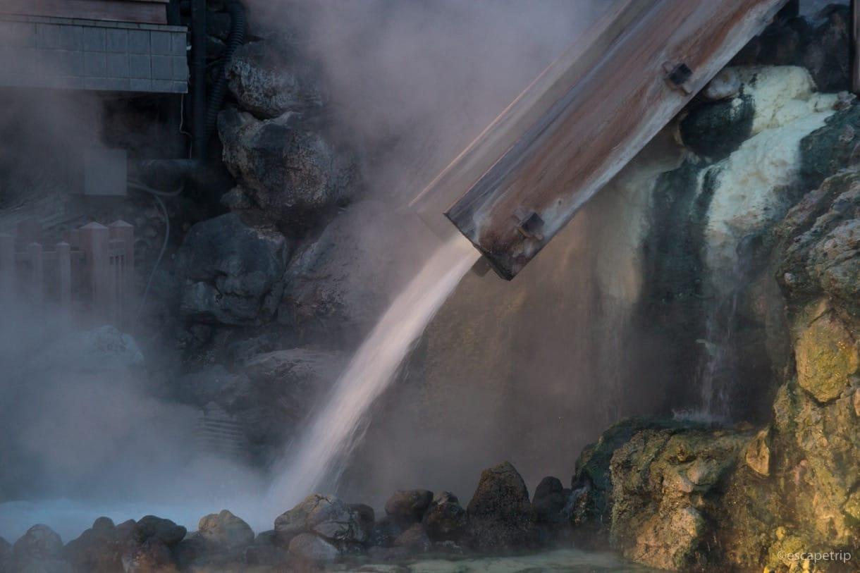 湯畑から注がれる温泉
