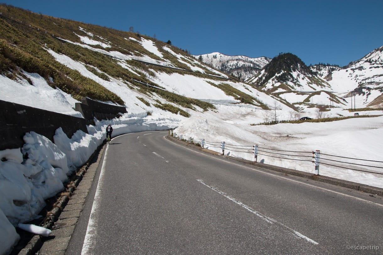 雪が残る渋峠を快走